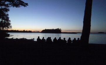 Schweden Gruppenfoto vor See