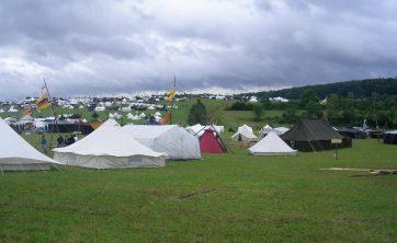 Dieses Bild könnte enhalten: Bergzelt, Camping, Freizeitaktivitäten, Mensch, Person